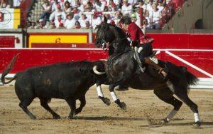 Hermoso de Mendoza, clavando el pasado 6 de julio una banderilla con 'Berlín' sobre 'Platillo', al que le cortó las dos oerjas.
