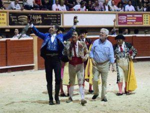 Hermoso, dando la vuelta al ruedo en Cancún con el cabo de los forcados y el ganadero Pepe Marrón. Fotografía: Tadeo Alcina.