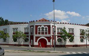 Fachada de la centenaria plaza de toros de Estella.