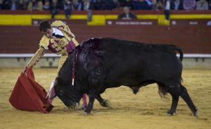 Derechazo de Vicente Soler al sexto de la tarde de ayer en Castellón. Fotografía: Javier Arroyo.