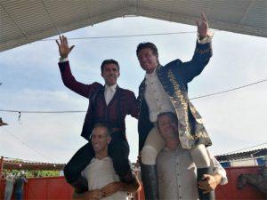 Hermoso de Mendoza y Carreño saliendo a hombros en Peribán de Ramos.