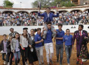 Guillermo Hermoso de Mendoza fue sacado a hombros por su equipo, que luece el hierro del joven rejoneador. Fotografía: pablohermoso.net