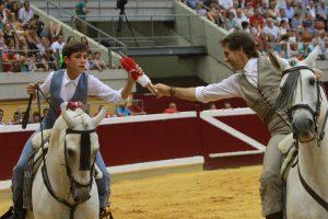 Pablo cediendo a su hijo Guillermo un par de cortas en la plaza de Logroño.