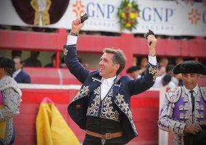 El caballero navarro pasea en triunfo las dos orejas del cuarto conseguidas en la Monumental de Monterrey. Fotografía: Diego Estrada.