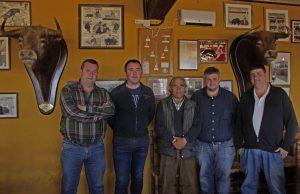 El presidente del taurino de Peralta y tres directivos en Los Eulogios, con Manuel Sanz de la Morena. Fotografía: Navarra Taurina-López Alemán.