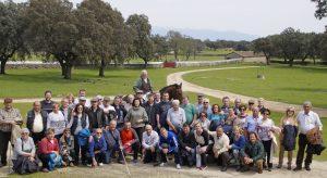 Los aficionados de Peralta en la finca de José Escolar, con el ganadero, a caballo, al fondo. Fotografía: Navarra Taurina. López Alemán.