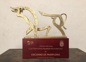 Imagen del trofeo que ha premiado al encierro de Pamplona.