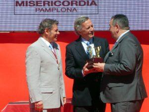 Momento en el que Jorge Fajardo entrega el trofeo a José María Marco ante la presencia de Patxi Garbayo.