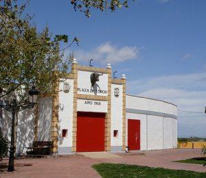 Fachada de la plaza de toros de Cintruénigo, que, si nada cambia, no abrirá sus puertas en septiembre.