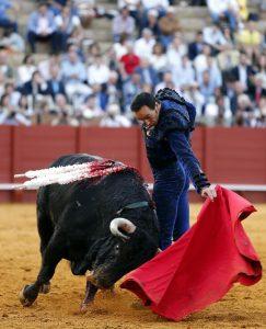 Naural de El Cid en Sevilla al quinto de Fuente Ymbro, al que le cortó una oreja. Fotografía: Arjona.