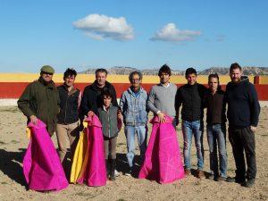 Los participantes en el tentadero, con José Mena, mayoral, en el centro, en la nueva plaza de tientas de Alfredo Íñiguez.