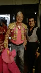 Expósito, de corto, junto al director del programa chino, que no dudó en lucir chaquetilla, tomar un capote y lucir un mechón de canas, al más puro estilo Antoñete.