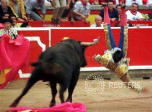 Rivera Ordóñez fue espectacularmente cogido el 13 de julio de 1998; después, tuvo que torear con vaqueros y le cortó las dos orejas al que cerró plaza., de Marqués de Domecq