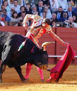 Natural de Pepe Moral al segundo de la tarde, ayer en Sevilla, Fotografía: Arjona.