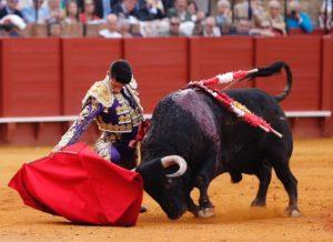 Alejandro Talavante doglándose ante el buen segundo, al que le cortó una oreja, la única de la tarde. Fotografía: Arjona.