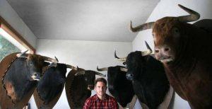 Javier Celay ante las seis cabezas de los toros lidiados en el homenaje a Víctor Barrio.