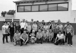 Los vecinos de Tulebras posaron en la plaza de tientas de Puerto de la Calderilla.