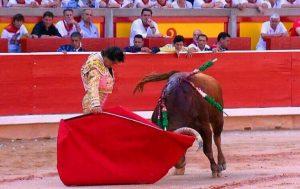 Curro Díaz toreando con la diestra en la plaza de Pamplona.