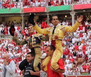 Mora y Fandiño saliendo a Hombros en Pamplona. Algunos parece qu elo han olvidado.
