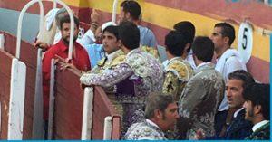 En primer término, en el callejón Paco Ramos, auxiliador de Armendáriz, que aparece de espaldas con casaca gris.