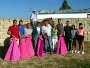 Los participantes en el tentadero, con el ganadero, José Antonio Baigorri, y su hija Patricia en el centro de la imagen.