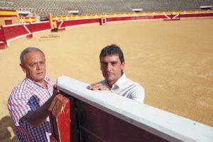 Arrondo y Sáenz junto a un burladero de la plaza de toros de Tudela. Fotografía: Nuria G. Landa.