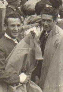 Enrique Molina, a la izquierda, junto al novillero Manuel Santos.