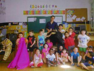 Francisco Marco, con los alumnos de Infantil de la escuela de Rada.