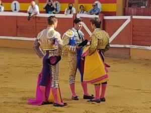 Ceremonia de alternativa. Momento en el que Paquirri hace matadorde toros a Javier Marín, ante la presencia de Juan Bautista. Fotografía: Pablo Larrasoaña.