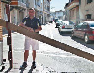 Javier Puente, concejal de Festejos de Milagro, en el vallado que cerrará el recorrido. Fotografía: Enrique Pejenaute.