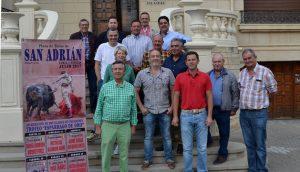 aficionados, empresarios, ganaderos y representantes municipales el día de la presentación de los carteles de San Adrián.