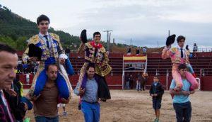 Toñete, primero por la izquierda, sale a hombros en Collado Mediano con sus compañeros de tarde. Fotografía: Andrés Gete.