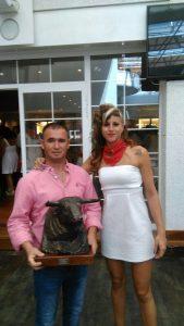 Francisco Hidalgo, mayoral de Ganadería de Pincha, y Patri Baigorri, hija del ganadero de Lodosa, recogieron el trofeo a la mejor novillada del año pasado.