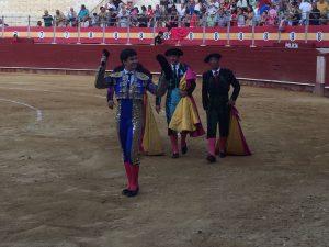 Toñete pasea en triunfo una de las dos orejas que ha cortado esta tarde en Almería.