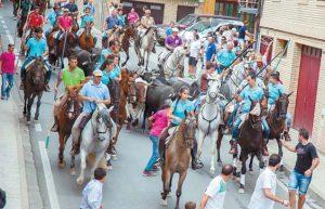 El grupo de jinetes ya en las calles de Fitero. Fotografía: Latorre.