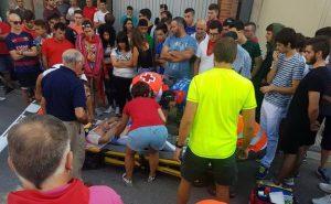 Personal sanitario atiende al herido en el encierro. Fotografía: larioja.com