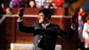 Jesulín de Ubrique pasea en triunfo las dos orejas de uno de su novillos. Fotografía: Miguel Osés.