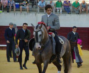 Armendáriz encabeza el paseíllo en el festival de ayer en Casar de Cáceres.