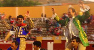 Toñete salió a hombros por la Puerta del Encierro de Cuéllar junto al rejoneador Joao Telles.
