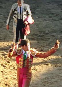 El Luri pasea en triunfo en la plaza soriana de Deza las dos orejas del tercer novillo de Santafé Martón.