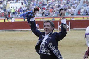 El caballero navarro pasea en triunfo en Campos Góticos las dos orejas del segundo de su lote.. Fotografía: pablohermoso.net