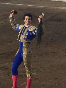 Toñete pasea en triunfo en la plaza burgalesa de Belorado el primer rabo de su etapa con los del castoreño.