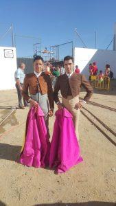 El novilero José Cadavid y el matador de toros navarro Javier Antón, a la derecha, ante la plaza de Siruela.