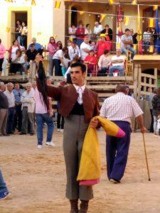 Javier Antón muestra en triunfo el rabo cortado en Valdeolivas.