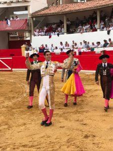 El gaditano Pacheco pasea en triunfo las dos orejas del tercero de Ana Romero.