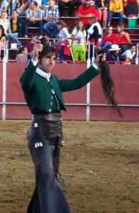 Armendáriz pasea en triunfo en Paredes de Nava el primer rabo que corta en esta temporada.