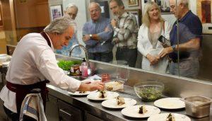 Carlos Oyarbide preparando platos para la cata en Gazteluleku. Fotografía: Buxens.