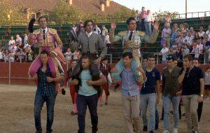 Armendáriz, en el centro, saliendo a hombros en Villaviciosa de Odón junto a Mora y De Castilla.