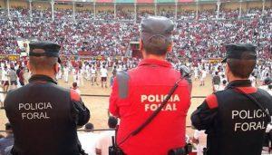 Agente forales de Seguridad Ciudadana en la plaza de Pamplona en Sn Fermín