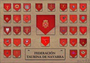 Cuadro con los pañuelicos rojos de las entidades taurinas de Navarra federadas.